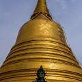 丘の頂上にある仏塔