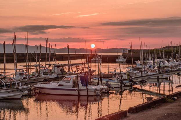 写真: 小さな漁港の夕景