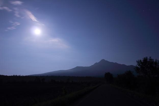 月と斜里岳