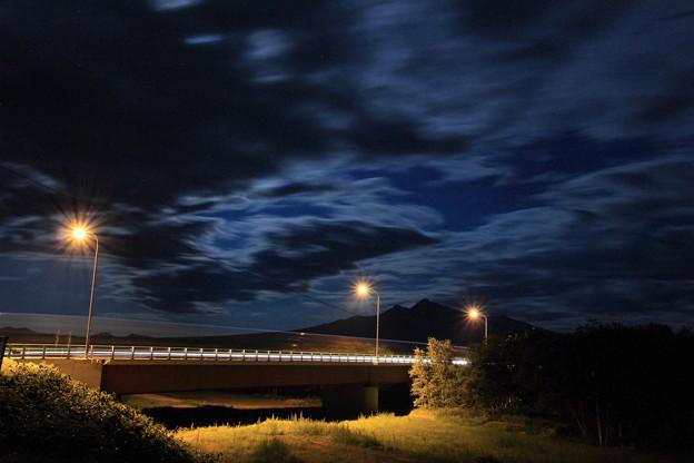写真: 波打つ雲と夜の斜里岳