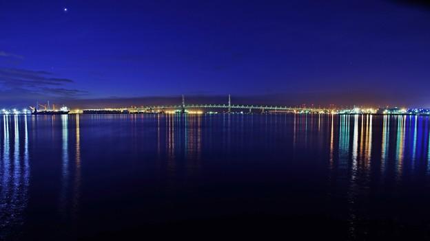 写真: 早朝の港の光。