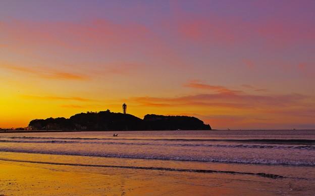 写真: 新春・片瀬海岸 夜明けの江の島。