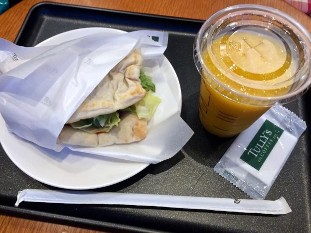 TULLY'S COFFEE タリーズコーヒー広島段原店 サラダピッツァトマトチキン マンゴータンゴスワークル