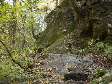 大岩の上を行く