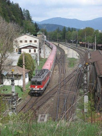 ゼンメリング駅を通過する特急(2)
