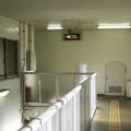 兵庫県宝塚市の阪急雲雀丘花屋敷駅の白ポストと周囲。西改札からエレベーターへの通路の途中。(2014年)