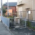 兵庫県伊丹市の女性児童センター前の白ポストと周囲。門前にさりげなく。(2014年)