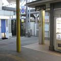 兵庫県三田市の福知山線・神鉄三田駅前の白ポストと周囲。二つの駅を結ぶ通路の脇の微妙な空地にブツが。(2014年)