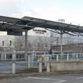 兵庫県三田市の神鉄ウッディタウン中央駅前の白ポストと背後の駅。(2014年)