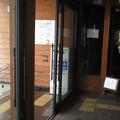 滋賀県長浜市の北陸本線虎姫駅の白ポスト、向かって右というか室内から。(2015年)