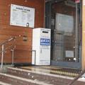 滋賀県長浜市の北陸本線虎姫駅の白ポスト、向かって左。(2015年)