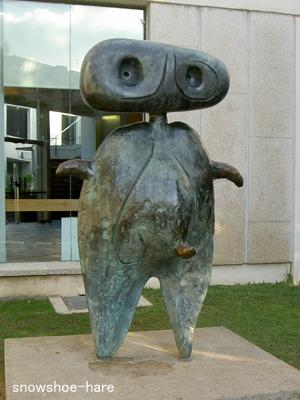 ミロ美術館前の像(朝)