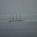 沖を走る帆船