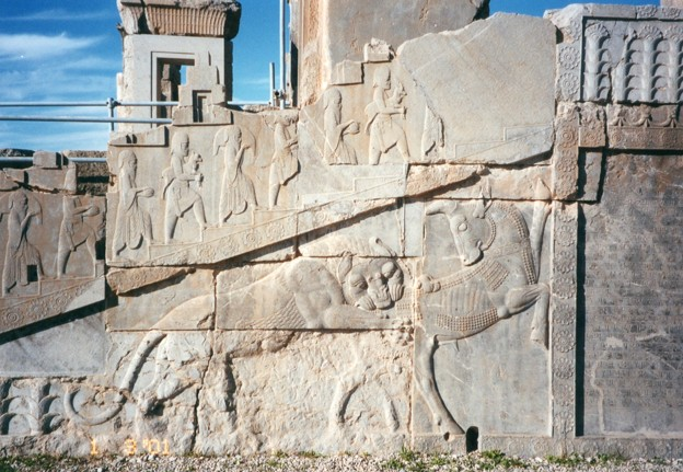 雄牛に噛み付く獅子 ペルセポリス Bas-relief in Persepolis ★逃げ惑う雄牛が腰に噛みつきて猛き獅子こそ描ききりたれ