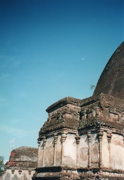 ポロンナルワの弓張月,スリランカ Half moon above Rankot Vihara