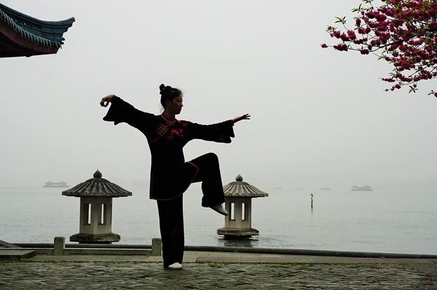 太極拳の女~中国西湖 Performing Taijiquan
