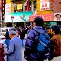 写真: チャイナタウンをゆく