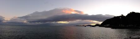 二見浦パノラマ02 12月朝6:54 雲が茜色に染まり始めた