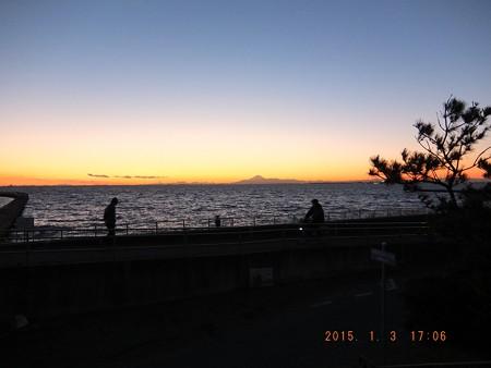 幕張の浜~20150103-07 歌いながら行く人