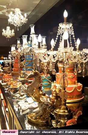 シャンデリアと豪華なディスプレイケーキとケーキたち