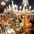 写真: シャンデリアと豪華なディスプレイケーキとケーキたち