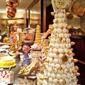 写真: マカロンタワーとケーキたち
