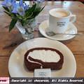 写真: 明治の館でロールケーキ