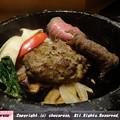 Photos: 和牛贅沢ハンバーグが顔を出す!