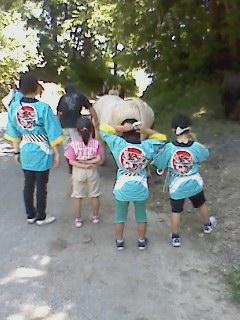 写真: 東山小の子と新牛太郎01
