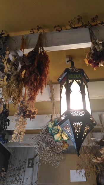 天井のランプとドライフラワー
