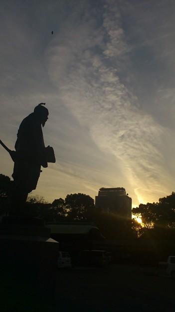 夕焼けと銅像