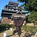 写真: 松江城の忍者とじっと見つめる男の子 1
