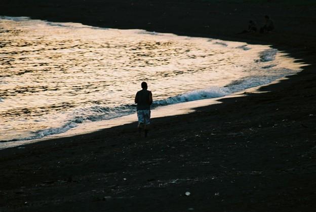 波打ち際を走る