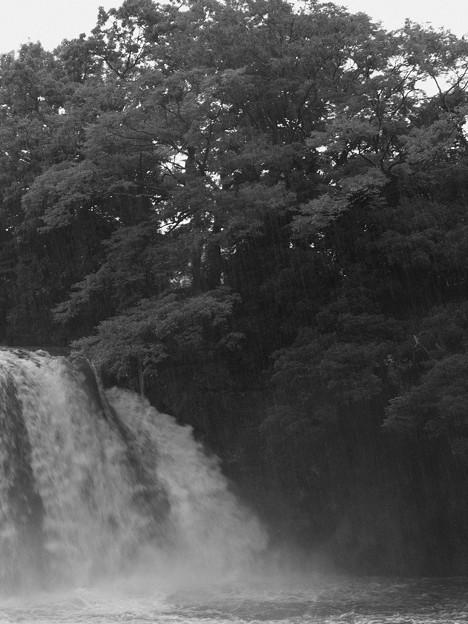 台風前夜の五竜の滝