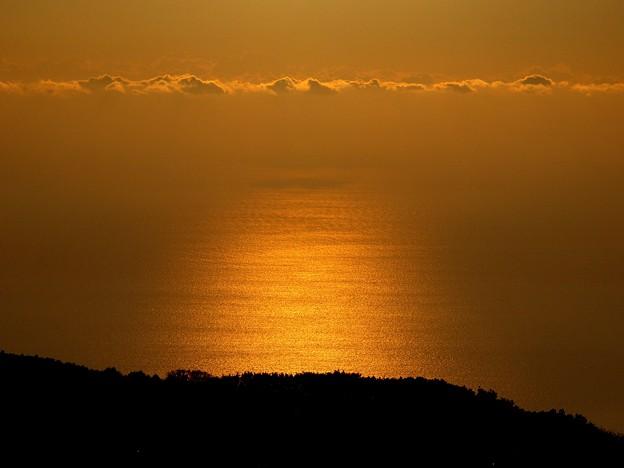 写真: 朝陽の中の島影~初島