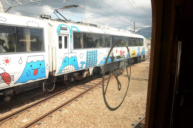 富士登山電車4号車窓のフジサン特急7号富士山駅同時進入