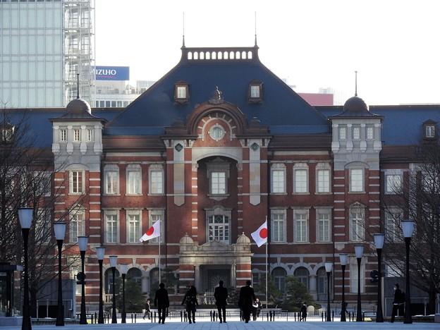 写真: 朝の東京丸の内レンガ駅舎