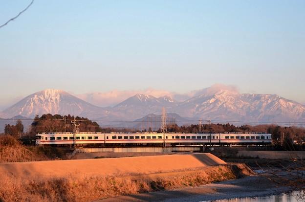 朝陽に染まる日光連山と東武特急しもつけ号