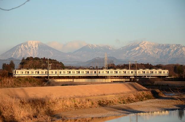 冬の朝 東武宇都宮線と日光連山