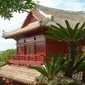 写真: 沖縄の瓦屋根の古民家