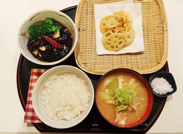 G先生にこれを。茄子の中華風タレかけとブロッコリー添え、けんちん汁、焼きたてレンコン、炊きたてご飯です。
