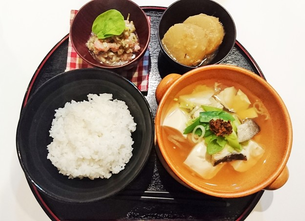 G先生にこれを。鮪とメカブのタルタルソース、たら豆腐、大根の煮物、炊きたてご飯です。