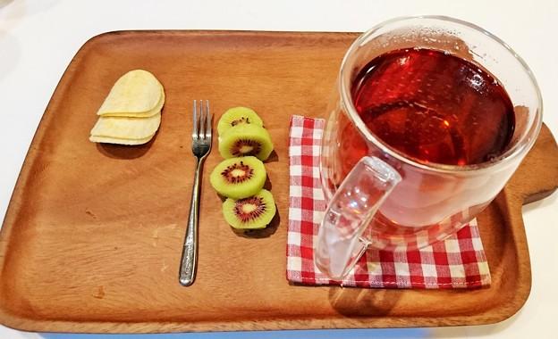 G先生にこれを。「カシュカシュ」のあったかな優しい香りのお茶、真ん中が赤いキウイの「レインボーレッド」です。