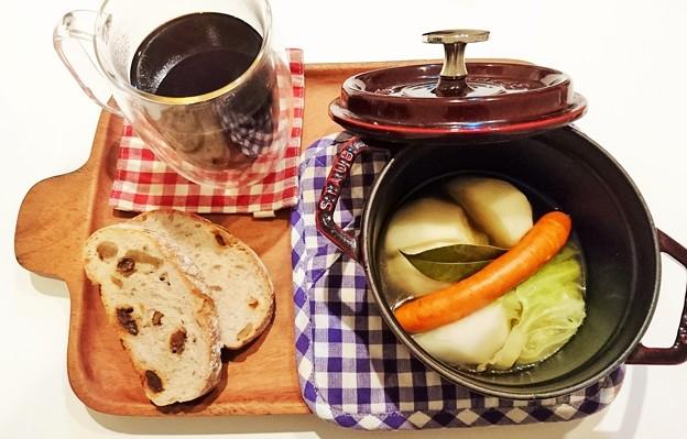 G先生にこれを。チョリソーとキャベツとカブの煮込み、くるみとレーズンのパン、挽きたてコーヒーです。