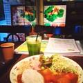 写真: 【本日の(たぶん)グルテンフリー食】タイミング良く新宿御苑の老舗野菜カフェ入れた??カレールーのトロミはたぶんジュース絞った後の野菜の仕事だと思うん。めっちゃ満腹&満足☆また来まぁす♪