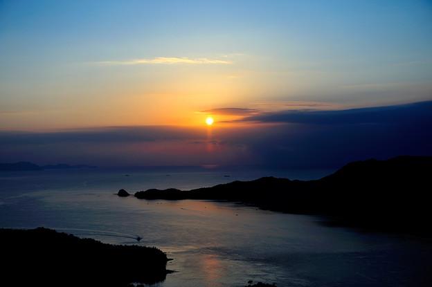 朝日が照らす来島の潮流