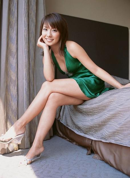 グリーンのドレスを着ている山本梓