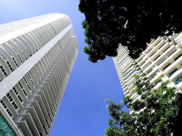 街角・青空の下、高層のコンド・2