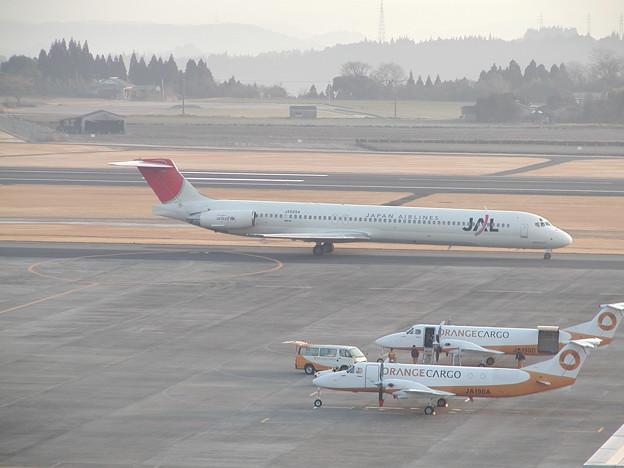 MD-81 JA8294 JAL+JA190A&JA190D KOJ 2004.02
