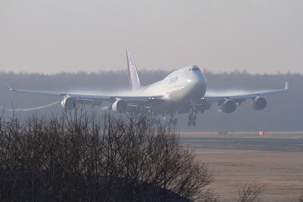 B747 朝もやの残る中 TG670 landing